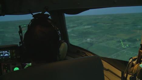 Pilotos-De-La-Fuerza-Aérea-Entrenan-En-Un-Simulador-De-Vuelo-3