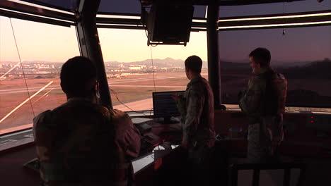 Aktivitäten-An-Einem-Kontrollturm-Eines-Flughafens-1