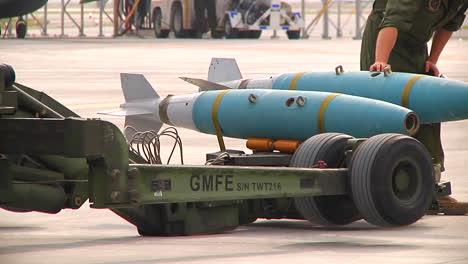 Bomben-Werden-Von-Militärangehörigen-Auf-Ein-Düsenflugzeug-Geladen