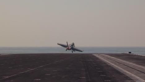 Varios-Aviones-A-Reacción-Despegan-De-La-Cubierta-De-Un-Portaaviones-4