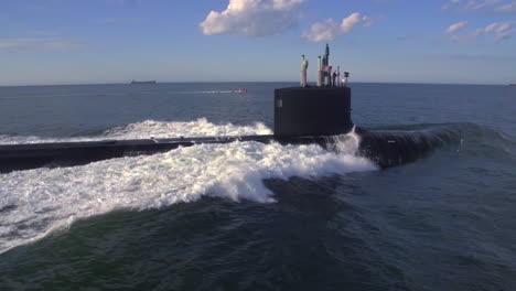 Excelentes-Antenas-Sobre-Un-Submarino-En-El-Mar-2