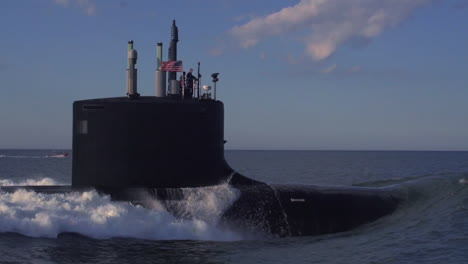 Excelentes-Antenas-Sobre-Un-Submarino-En-El-Mar-4