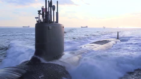 Excelentes-Antenas-Sobre-Un-Submarino-En-El-Mar-5