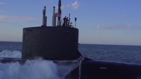 Excelentes-Antenas-Sobre-Un-Submarino-En-El-Mar-6