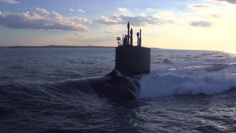 Excelentes-Antenas-Sobre-Un-Submarino-En-El-Mar-7