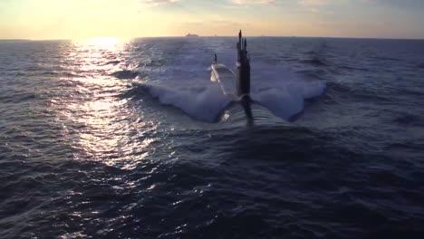 Excelentes-Antenas-Sobre-Un-Submarino-En-El-Mar-8