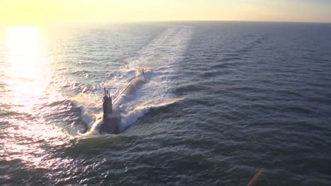 Excelentes-Antenas-Sobre-Un-Submarino-En-El-Mar-9