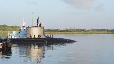 Un-Remolcador-Lleva-Un-Submarino-Al-Puerto