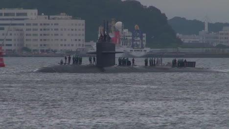 The-Uss-Oklahoma-City-Submarine-Enters-A-Harbor-In-Japón