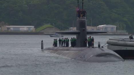 El-Submarino-Uss-Oklahoma-City-Entra-En-Un-Puerto-En-Japón-1
