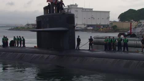 The-Uss-Oklahoma-City-Submarine-Enters-A-Harbor-In-Japón-2