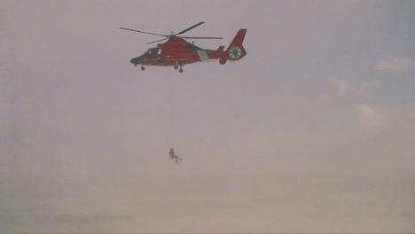 Un-Aviador-Desciende-De-Un-Helicóptero-De-Búsqueda-Y-Rescate-De-La-Guardia-Costera-En-Una-Tormenta-De-Nieve