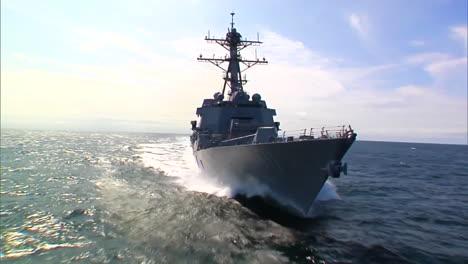 Muy-Buena-Antena-En-La-Proa-De-Un-Buque-De-Guerra-De-La-Armada-En-El-Mar-