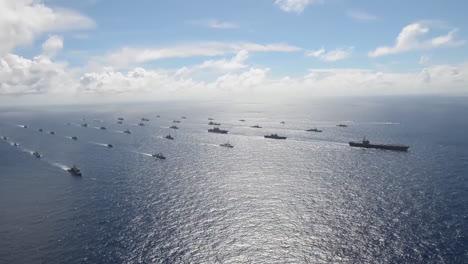 Antena-De-Una-Enorme-Flotilla-De-Barcos-De-La-Armada-En-Movimiento-A-Través-Del-Pacífico-1
