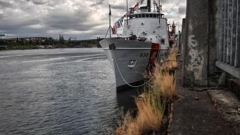 Imágenes-De-Lapso-De-Tiempo-Agradable-De-Barcos-De-La-Guardia-Costera-Estadounidense-En-Un-Río