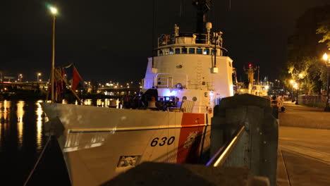 Imágenes-De-Lapso-De-Tiempo-Agradable-De-Barcos-De-La-Guardia-Costera-Estadounidense-En-Un-Río-4