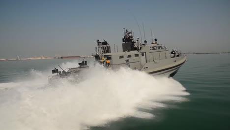 Ein-US-Küstenkommandoboot-Patrouilliert-In-Den-Gewässern-Von-Bahrain-3
