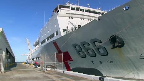 Ein-Chinesisches-Krankenhausschiff-Am-Dock