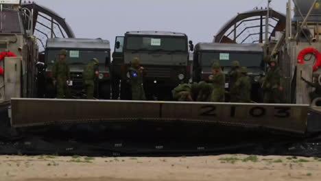 Marinestreitkräfte-Verwenden-Amphibische-Angriffsfahrzeuge-Für-Die-Landung-An-Einem-Strand-1