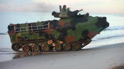 Amphibisches-Angriffsfahrzeug-Panzer-Nähert-Sich-Dem-Strand-Während-Einer-Kriegsübung-1