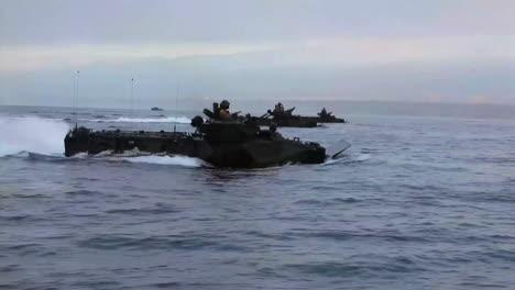 Amphibisches-Angriffsfahrzeug-Panzer-Nähert-Sich-Dem-Strand-Während-Einer-Kriegsübung-3