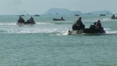 Los-Infantes-De-Marina-Practican-Un-Asalto-De-Desembarco-Anfibio-En-Una-Playa-Durante-Un-Ejercicio-De-Guerra-4