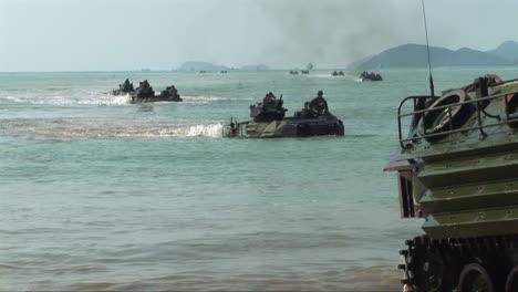 Marinesoldaten-üben-Während-Einer-Kriegsübung-Einen-Amphibischen-Landungsangriff-An-Einem-Strand-Aus-6