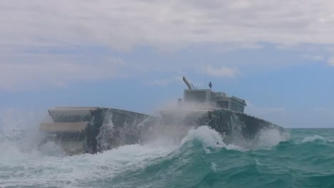 The-Ultra-Heavy-Lift-Amphibious-Connector-Boat-Makes-Its-Way-Across-The-Ocean-1