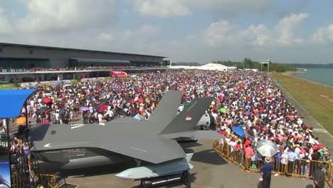 Crowds-Attend-An-Air-Show-1