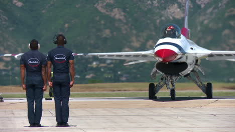 The-Us-Thunderbirds-Perform-At-An-Airshow