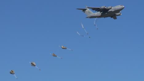 Paratroopers-Jump-From-An-C17-Globemaster-Avión-Over-An-Airfield