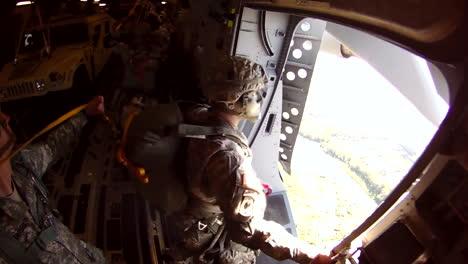 Paracaidistas-Saltan-De-Un-Avión-3
