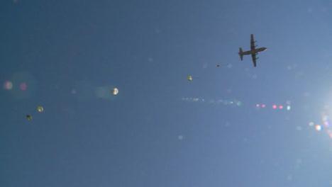 ángulo-De-Visión-Del-Suelo-De-Paracaidistas-En-Paracaidismo-A-La-Tierra