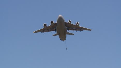 Ángulo-De-Visión-Del-Suelo-De-Paracaidistas-Lanzándose-En-Paracaídas-A-La-Tierra-Desde-Un-C17