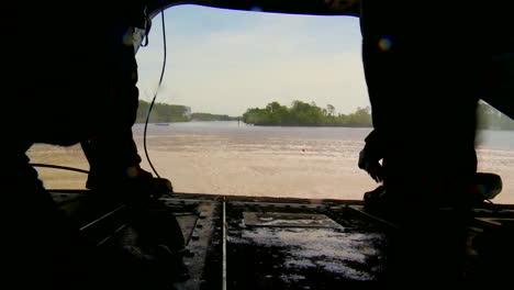 Los-Paracaidistas-Saltan-De-Un-Helicóptero-Que-Vuela-Bajo-A-Un-Río-