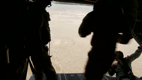 Paratroopers-Jump-From-A-Low-Flying-Helicopter-Into-A-Río-1