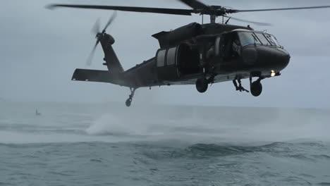 Los-Paracaidistas-Saltan-Desde-Un-Helicóptero-Que-Vuela-Bajo-A-Una-Bahía-Oceánica-1