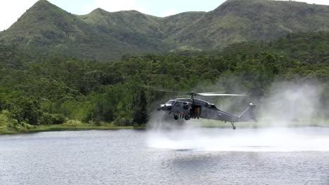 Los-Paracaidistas-Saltan-De-Un-Helicóptero-Que-Vuela-A-Baja-Altura-A-Un-Lago