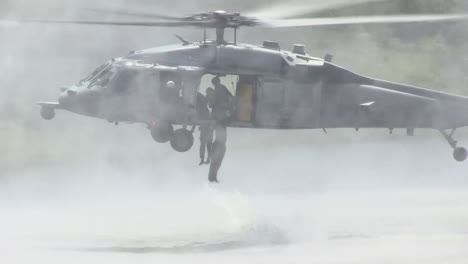 Paratroopers-Jump-From-A-Low-Flying-Helicopter-Into-A-Lake-1