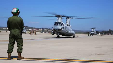 Un-Escuadrón-De-Ch46-Sea-Knights-Taxi-En-Una-Pista