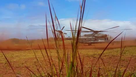 El-Helicóptero-Sikorsky-Ch53-En-Acción-Despegando-Desde-Un-Campo