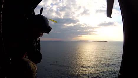 Pov-De-Marines-Volando-En-Helicóptero-Sobre-El-Océano