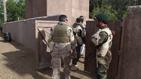 Juego-De-Roles-De-Los-Marines-En-Un-Recinto-Afgano-Simulado-Para-Imitar-Situaciones-Que-Pueden-Enfrentar-En-Afganistán