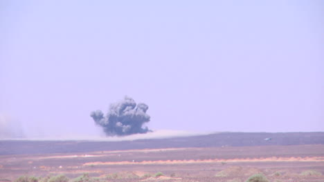 US-Marines-Und-Jordanische-Soldaten-Führen-Simulierte-Angriffe-Und-Bombenangriffe-In-Der-Wüste-Des-Nahen-Ostens-Durch