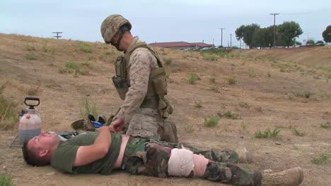 Los-Infantes-De-Marina-Y-Los-Marineros-Están-Capacitados-En-Habilidades-Para-Salvar-Vidas-