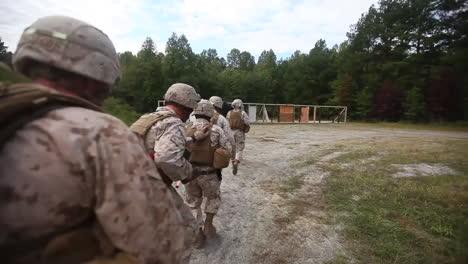 Los-Marines-Y-Los-Navy-Seals-De-EE-UU-Realizan-Una-Redada-En-Un-Recinto-Terrorista-Simulado-16