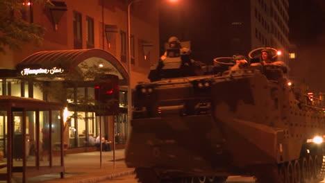 La-Policía-Y-Los-Marines-Despliegan-Tanques-Y-Vehículos-Blindados-A-Través-De-Una-Ciudad-Estadounidense-Durante-Tiempos-De-Disturbios-Y-Disturbios-Públicos-