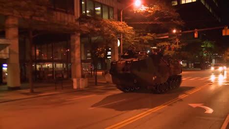 La-Policía-Y-Los-Infantes-De-Marina-Lanzan-Tanques-Y-Vehículos-Blindados-A-Través-De-Una-Ciudad-Estadounidense-Durante-Tiempos-De-Disturbios-Y-Disturbios-Públicos-2