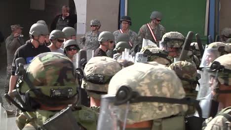 Alborotadores-Y-Manifestantes-Se-Encuentran-Con-Tropas-Policiales-Y-Gas-Lacrimógeno-Durante-Un-Simulacro-De-Demostración-3