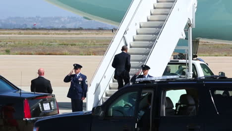 President-Obama-Boards-Air-Force-One